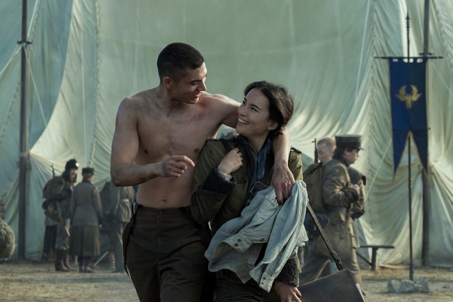 Wiedersehensfreude: Malyen Oretsev (Archie Renaux) und Alina Starkov (Jessie Mei Li)