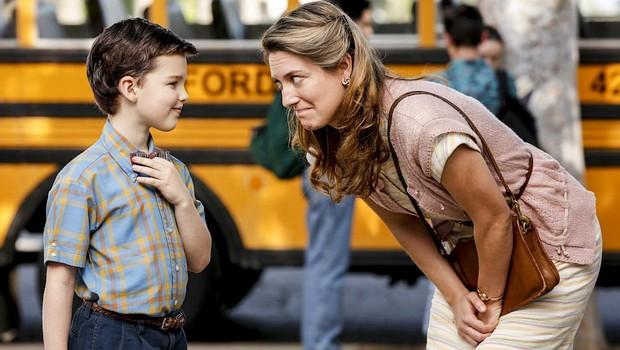 Mary Cooper (Zoe Perry) am ersten Schultag ihres Sohns Sheldon (Iain Armitage) zwischen Sorge und Hoffnung