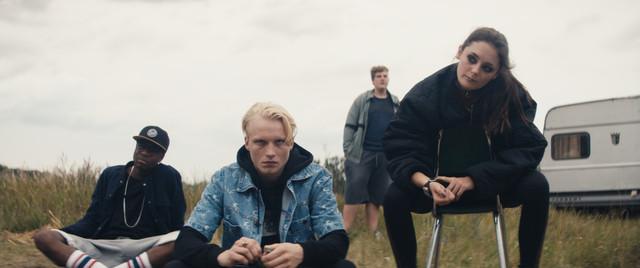 Als Antagonisten letztendlich überflüssig: Anton (Anton Nürnberg, M.) und Ella (Lea van Acken, r.) mit zwei weiteren Jugendlichen (Sylvain Mabe, Cassian-Bent Wegner)