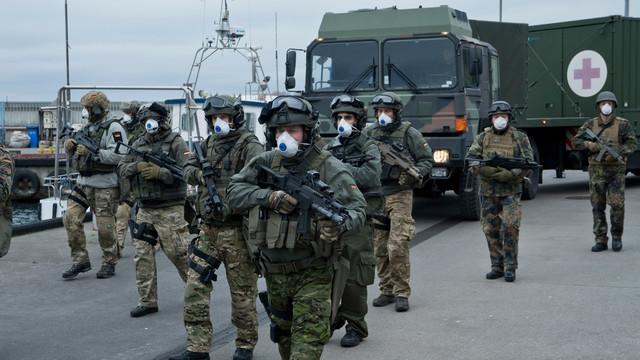 Die Bundeswehr landet auf Sløborn, um bei den Evakuierungsmaßnahmen zu helfen.