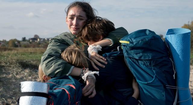 Geschwister in Angst: Evelin (Emily Kusche) mit ihren drei Brüdern (Maximilian Brauer, Ron Renzenbrink, Phileas Heyblom)