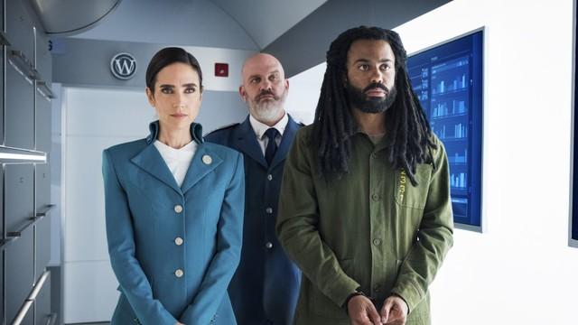 """Melanie Cavill (Jennifer Connelly) leitet diplomatisch die Geschicke unter den Passagieren - auch zwischen dem Chef der eher an """"Mall-Cops"""" erinnernden """"Bordpolizei"""" (Mike O'Malley) und dem zunächst unkooperativen Ex-Cop Andre Layton (Daveed Diggs)."""