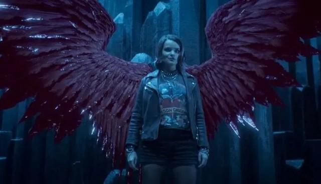 Rory (Brianna Hildebrand) ist anfangs ein undurchsichtiger Engel mit merkwürdigen Flügeln.
