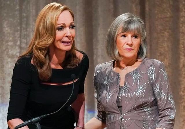 Auf der Bühne wurde Bonnie (Allison Janney, neben Mimi Kennedy) noch emotional.