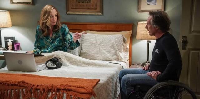 Bonnie (Allison Janey) bereitet ihren Roast vor, während Gatte Adam (William Fichtner) hofft, sie mäßigen zu können...
