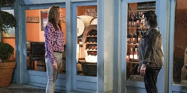 Bonnie (Allison Janney) war Shannon (Melanie Lynskey) auf die regnerische Straße nachgelaufen.