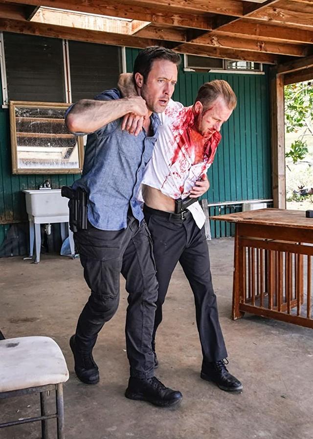 Steve (Alex O'Loughlin) kann Danno (Scott Caan) in letzter Sekunde retten