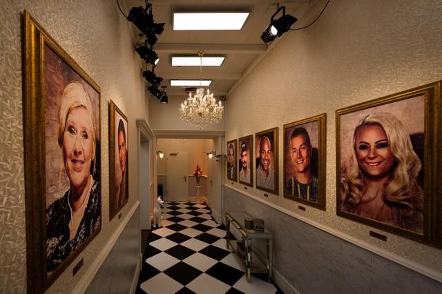 """Eingang ins Märchenschloss: Hier begrüßen die Bewohner die Gemälde der """"Promi Big Brother""""-Sieger aller Staffeln."""