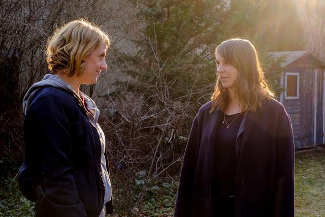 Luna Kunath (Caroline Erikson, r.) trifft zum ersten Mal auf ihre neue Kollegin Tamara Meurer (Anja Pahl, l.).