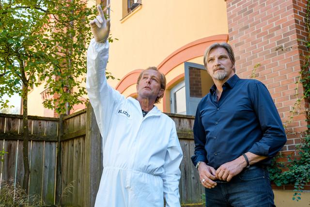 Spurensicherer Franz Wohlfahrt (Helmut Bohatsch, l.) zeigt Major Carl Ribarski (Stefan Jürgens, r.) die Spur des Einbrechers.