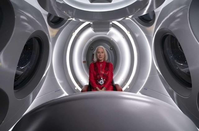 Peg (Helen Mirren) rekapituliert auf ihrer Reise durch das Weltall ihr Leben.