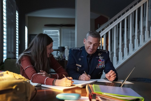 General Mark R. Naird (Steve Carell) löst mit seiner Tochter Erin (Diana Silvers) Matheaufgaben.