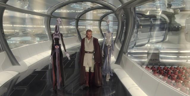 """Szene aus """"Star Wars: Episode II - Angriff der Klonkrieger"""": Obi Wan-Kenobi flankiert von zwei Kaminoanern in den Klon-Einrichtungen"""