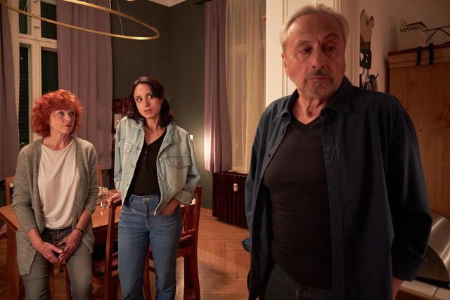 Christiane (Stephanie Stumph) bei ihrem Vater Wilfried (Wolfgang Stumph) und dessen Freundin Marlene (Heike Trinker)