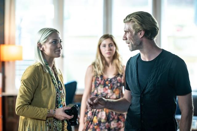 Sunny (Valentina Pahde, l.) trifft auf ihren Mentor Brian (Felix Lampert).