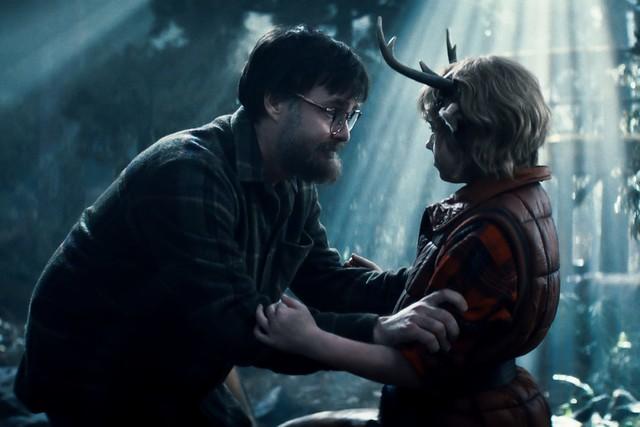 Der Mann (Will Forte) lehrt seinen Sohn Gus (Christian Convery), wie man in der Wildnis überlebt.