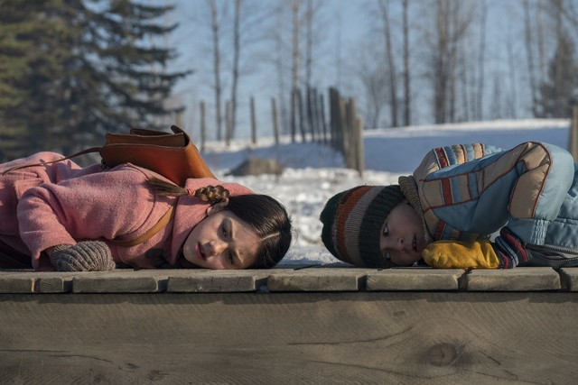 Loretta (Abby Ryder Fortson, l.) und Cole (Duncan Joiner) gehen auf der Suche nach Lorettas Mutter jedem Hinweis nach, auch dem winterlichen knacken des Holzstegs.