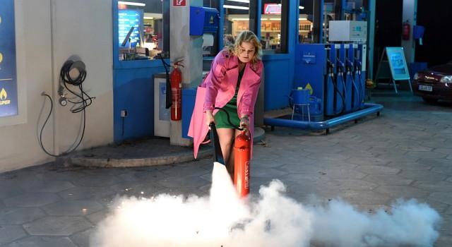 Symbolbild: Tagschichtleiterin Jana (Christina Petersen) betätigt sich zum Schluss als Feuerlöscher.