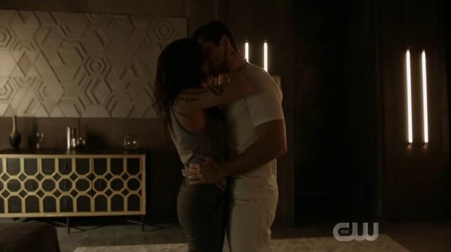 Octavia (Marie Avgeropoulos) und Levitt (Jason Diaz) kommen sich näher.