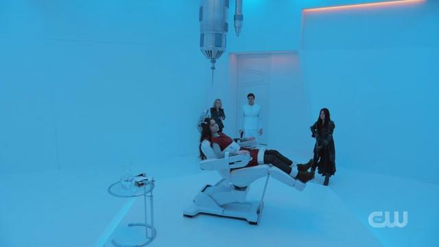 Clarke (Eliza Taylor), Octavia (Marie Avgeropoulos) und Levitt (Jason Diaz) kommen zu spät, um Madi (Lola Flanery) zu retten.
