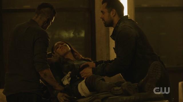 Murphy (Richard Harmon) setzt alles daran, Emori (Luisa D'Oliveira) zu retten.