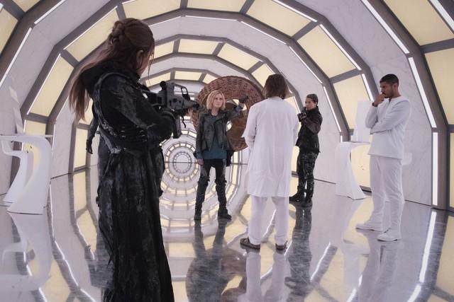 Clarke (Eliza Taylor) versucht, die Oberhand zu behalten.