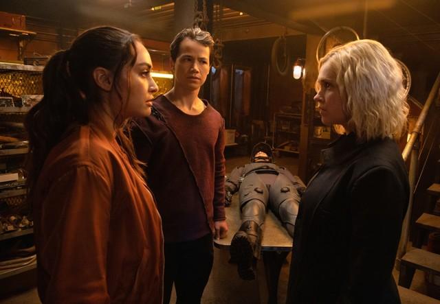 Raven (Lindsey Morgan) bringt Clarke (Eliza Taylor) auf den neuesten Stand.