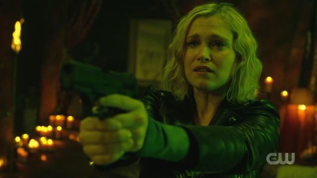 Clarke (Eliza Taylor) steht plötzlich Bellamy gegenüber.