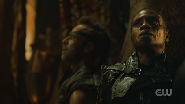 Indra (Adina Porter) ist gezwungen, mit Sheidheda (JR Bourne) zusammenzuarbeiten.