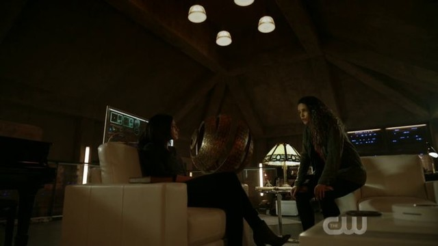 Becca (Erica Cerra) findet in Callie (Iola Evans) eine Verbündete.