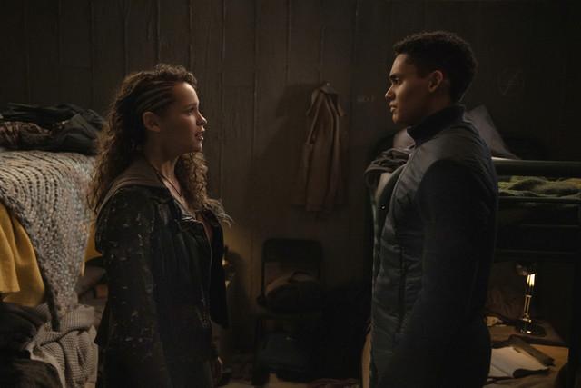 Callie (Iola Evans) und Reese (Adain Bradley) stehen auf unterschiedlichen Seiten.
