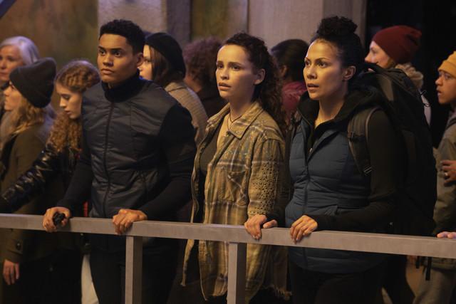 Reese (Adain Bradley), Callie (Iola Evans) und ihre Mutter (Crystal Balint) erleben im Bunker das Ende der Welt.