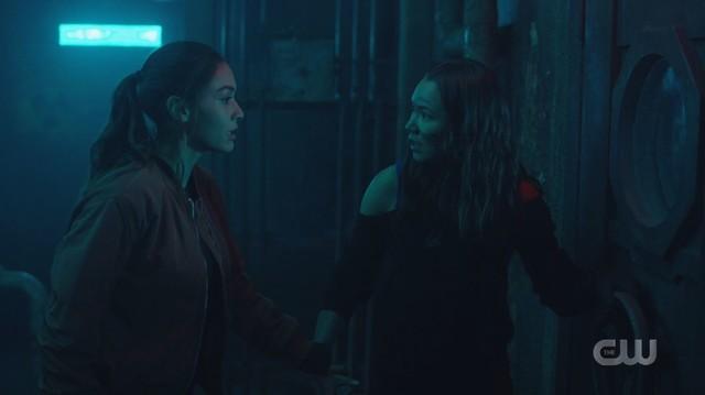 Raven (Lindsey Morgan) und Emori (Luisa D'Oliveira) machen eine schreckliche Entdeckung.