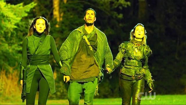 Echo (Tasya Teles), Gabriel (Chuku Modu) und Hope (Shelby Flannery) betreten gemeinsam die Anomalie.