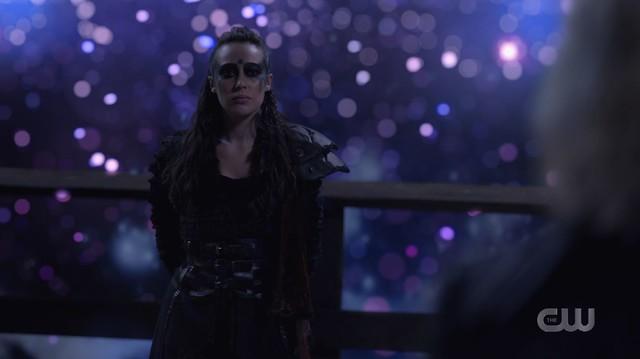 Der Richter erscheint Clarke (Eliza Taylor) in der Gestalt von Lexa (Alycia Debnam-Carey).