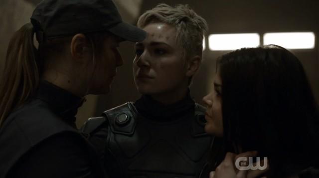 Diyoza (Ivana Milicevic) kann ihre nun erwachsene Tochter Hope (Shelby Flannery) in die Arme schließen.