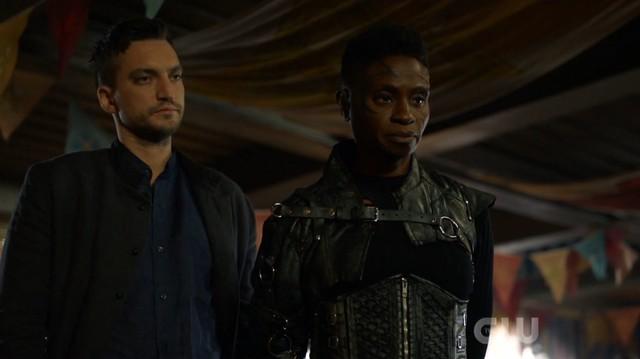 Murphy (Richard Harmon) und Indra (Adina Porter) versuchen den Frieden in Sanctum zu wahren.
