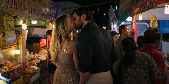Der Abend vor dem Mord: Cassie und Alex lustwandeln durch Bangkok.