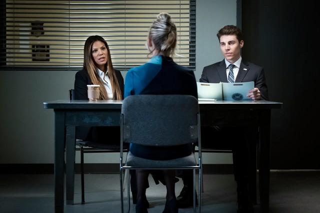 Vor den FBI-Agenten Hammond (Merle Dandridge, l.) und White (Nolan Gerard Funk) redet sich Cassie immer tiefer ins Schlamassel.