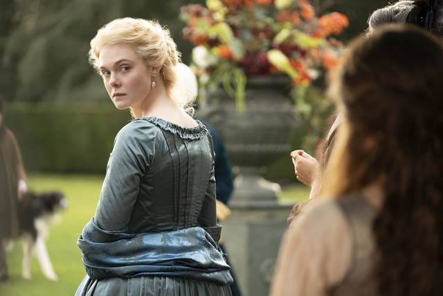 Muss wegen missgünstiger Hofdamen und ihrem Ehemann immer über die Schulter blicken: Katharina (Elle Fanning) ...