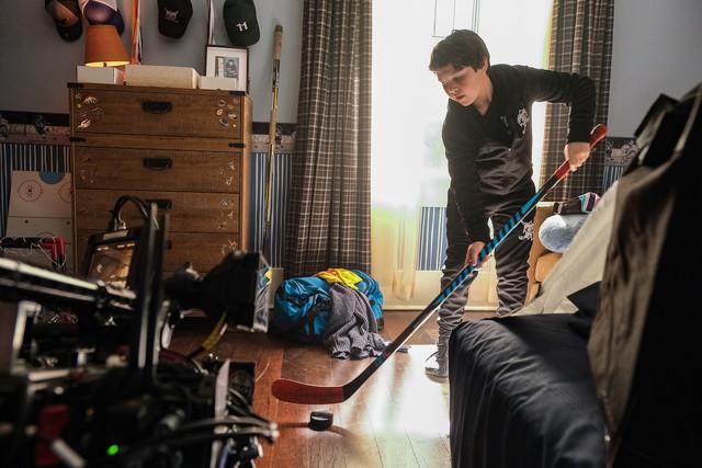 Dem Kinderzimmertraining zum Trotz: Evan (Brady Noon) fliegt bei den Mighty Ducks raus.