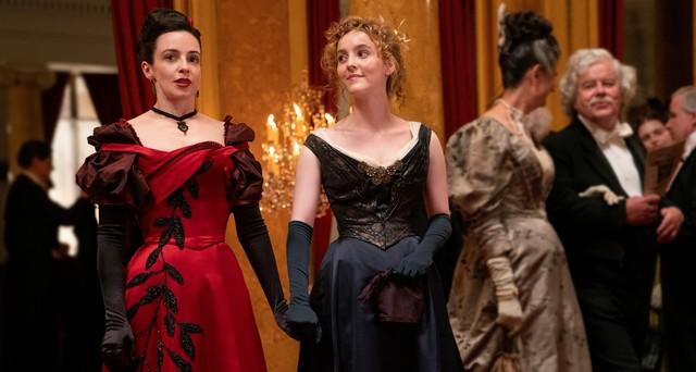 Nicht in ihrem Element: Amalia True (Laura Donnelly) und Penance Adair (Ann Skelly) suchen Hinweise in der Oper.