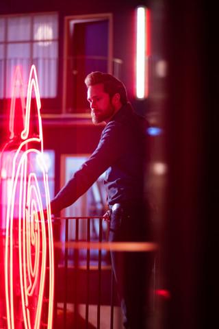 Das Böse (Alexander Skarsgård) im pinken Licht der Sünde
