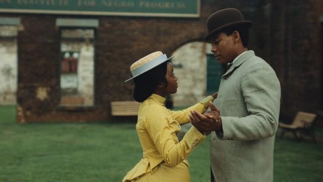Schöner Traum? Während einer Auszeit wagen Cora und Caesar ein Tänzchen wie freie Bürger.