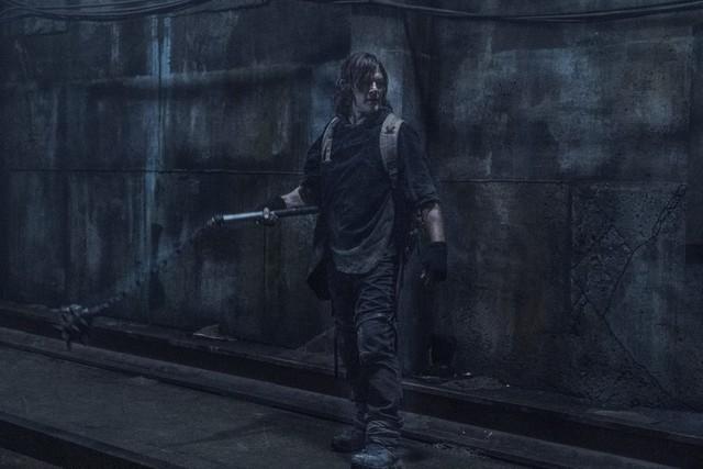 Daryl (Norman Reedus) bewaffnet sich mit einem Morgenstern.