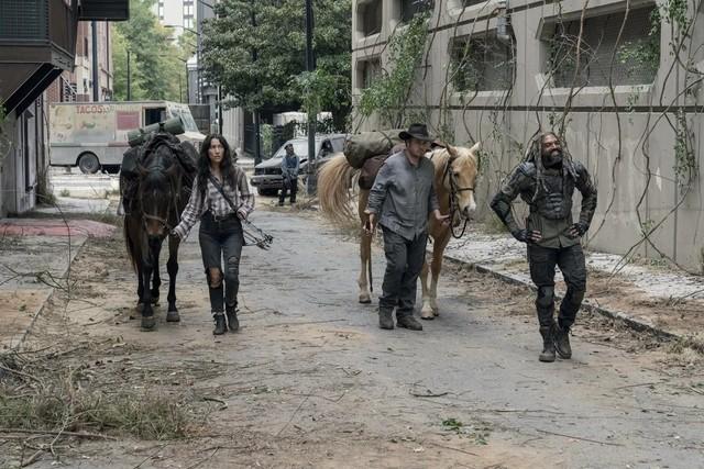 Yumiko (Eleanor Matsuura), Eugene (Josh McDermitt) und Ezekiel (Khary Payton) werden stürmisch begrüßt.