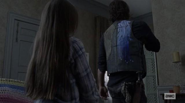 Judith (Cailey Fleming) hat eine Überraschung für Daryl (Norman Reedus).