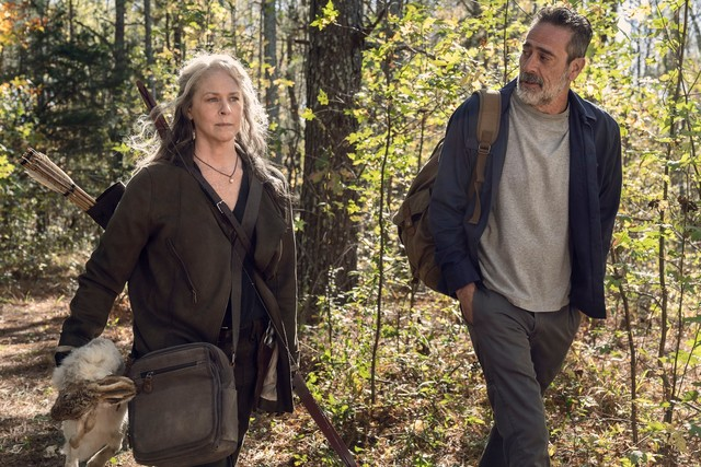 Carol (Melissa McBride) führt Negan (Jeffrey Dean Morgan) aus Alexandria heraus.