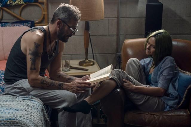 Negan (Jeffrey Dean Morgan) liest Lucille (Hilarie Burton) vor.