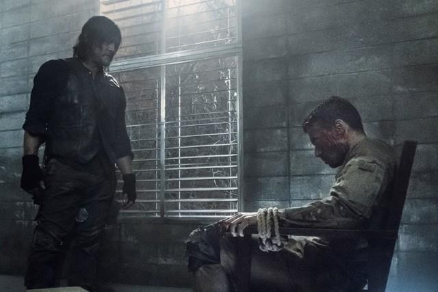 Daryl (Norman Reedus) versucht Frosts (Glenn Stanton) Leben zu retten.